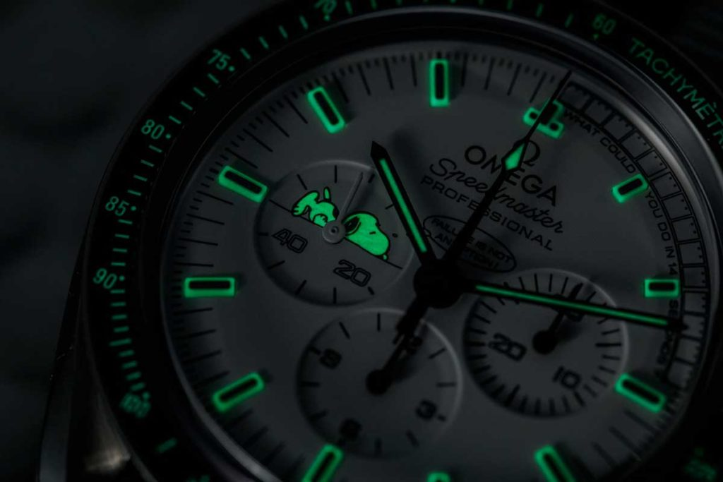 Lume action on the Omega Speedmaster Silver Snoopy Tribute to Apollo 13 (© Revolution)