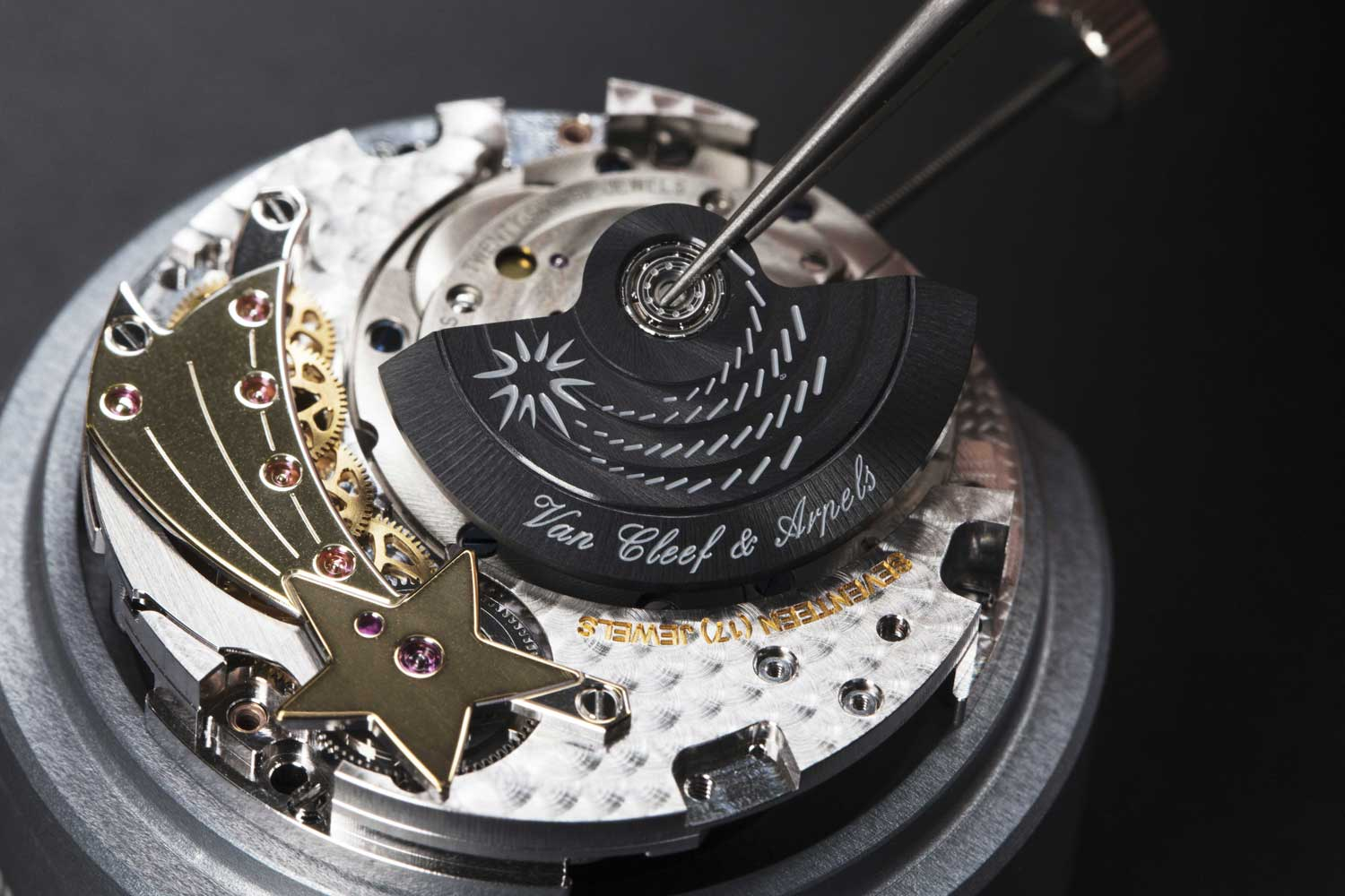The Valfleurier Q020 caliber inside the Lady Arpels Zodiac Lumineux watches