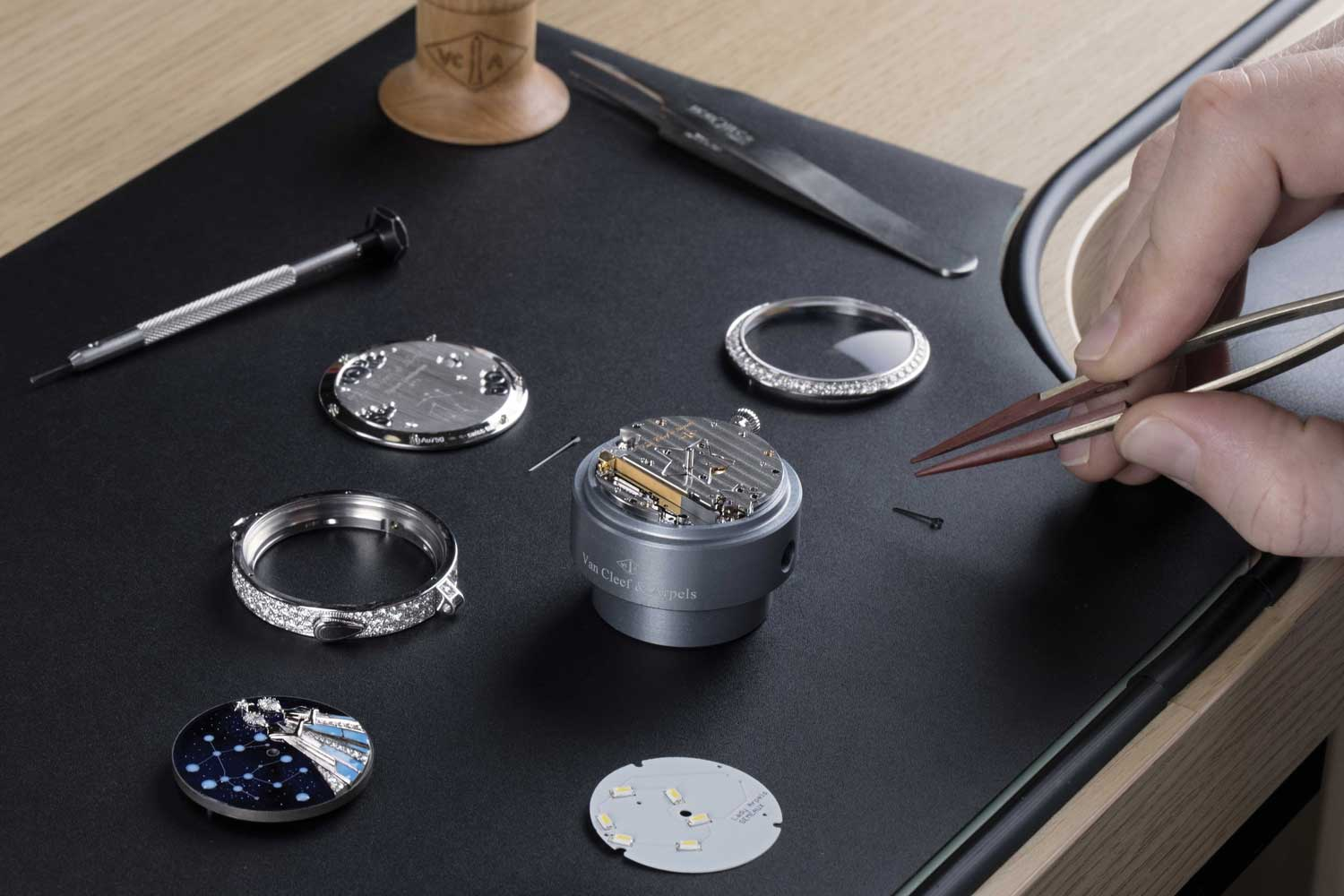 Utilizing piezoelectricity, Van Cleef & Arpels is able to light up the stars on the dial without draining the watch's power reserve
