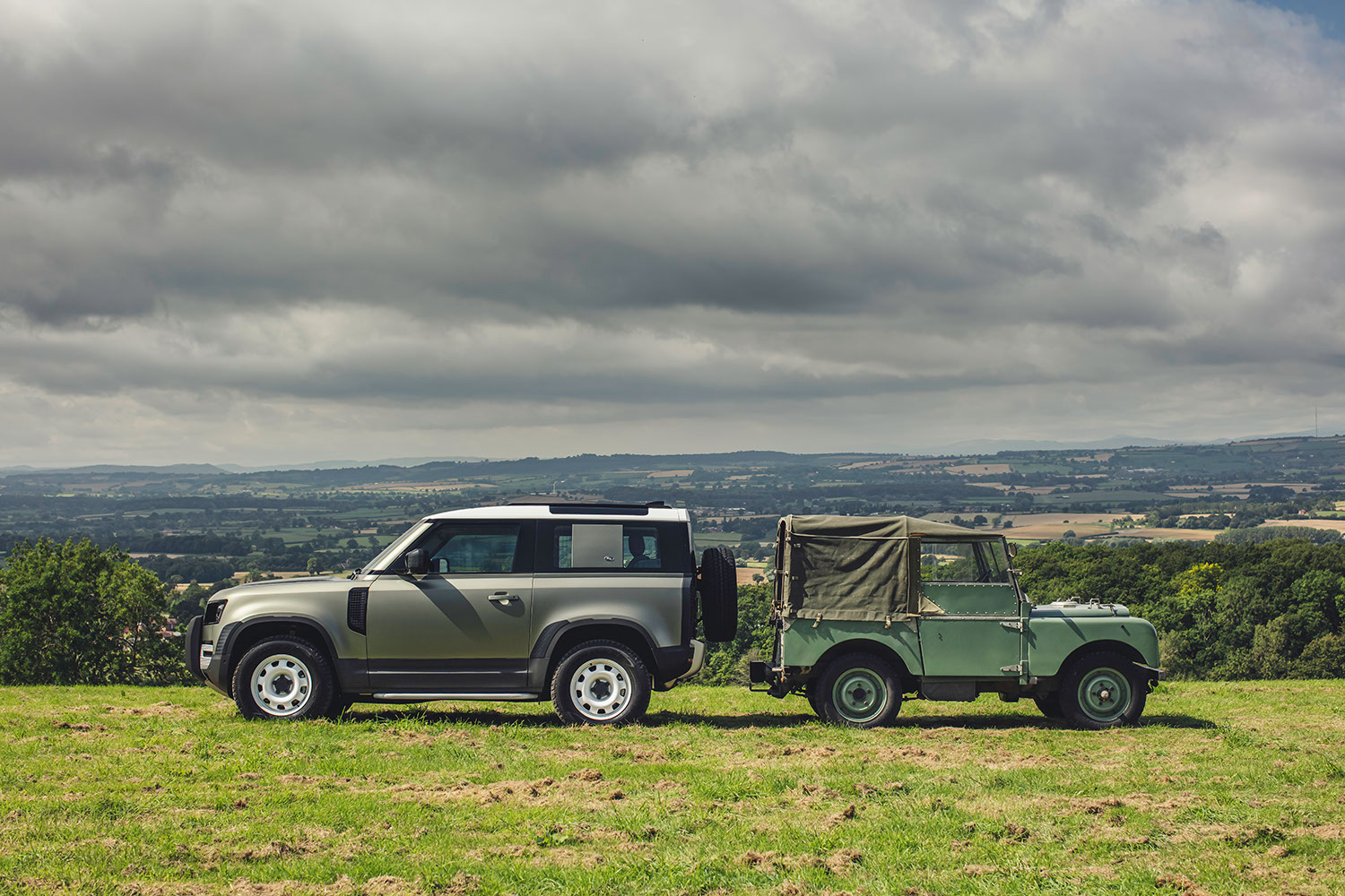 The 2019 Defender next to its 1990 ancestor (Image © Land Rover)