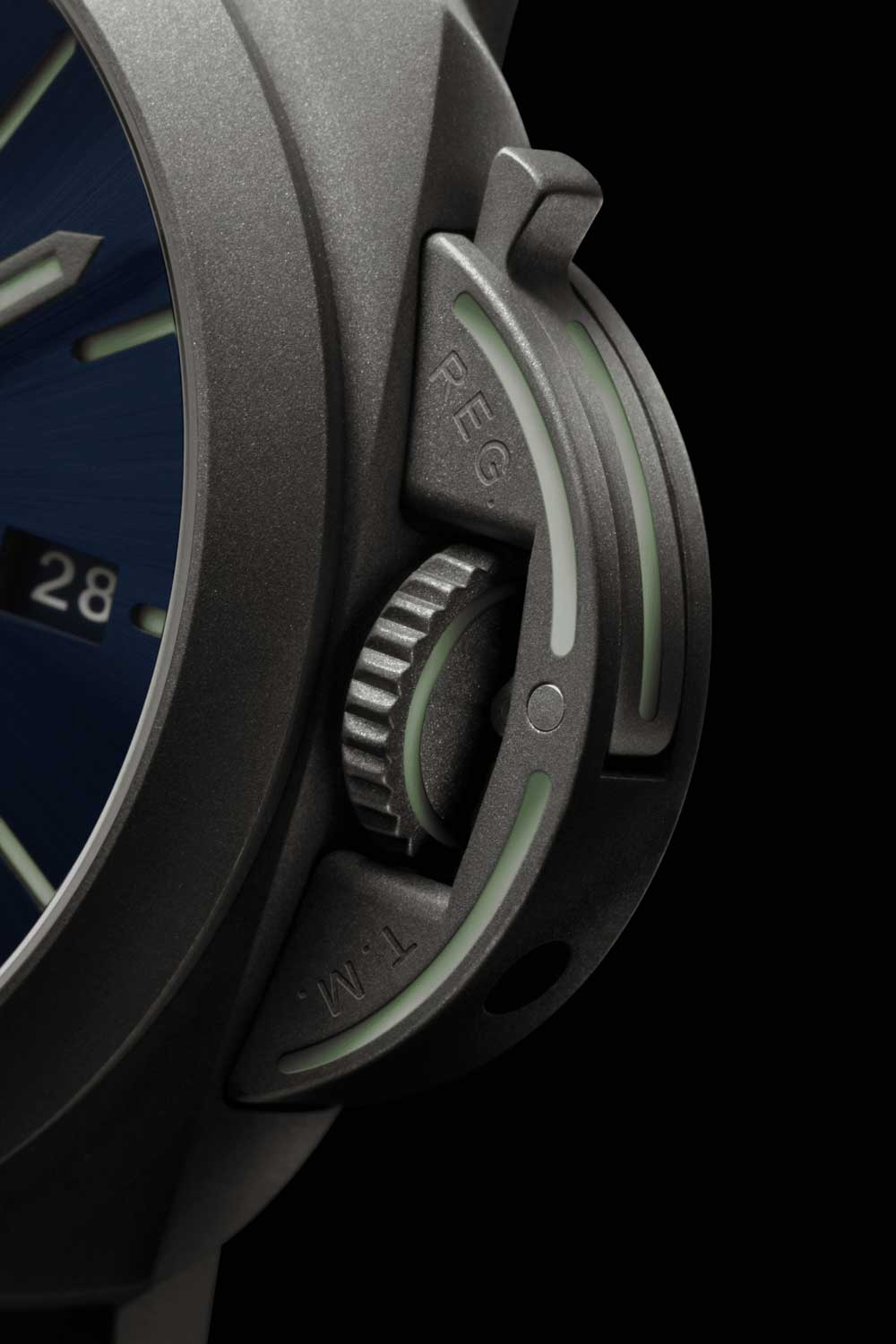 The crown protecting bridge also bears Super-LumiNova pigmented outlines.