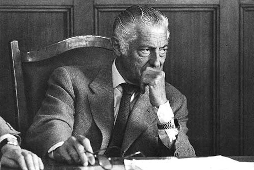 Gianni Agnelli wearing his P2 in signature over-the-cuff style