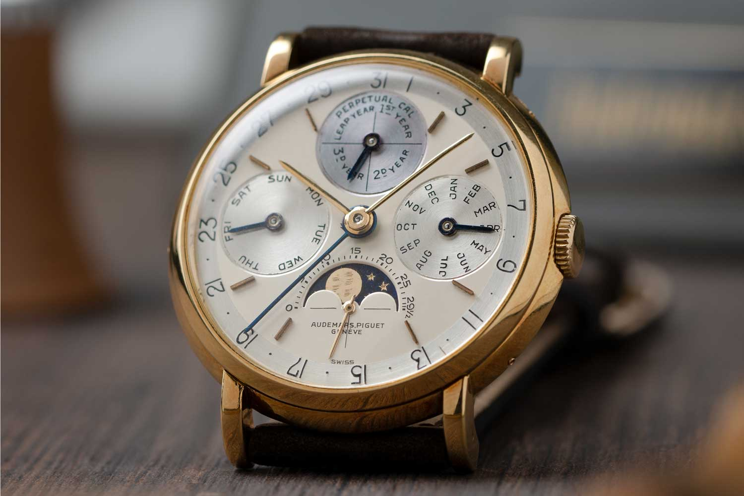 An excellent example of the Second-Series ref. 5516 with the leap-year indicator at 12 o'clock, sans the 48-month scale; the watch seen here is presently part of the Pygmalion Gallery's private collection (Image: Photo and watch, property of Pygmalion Gallery)