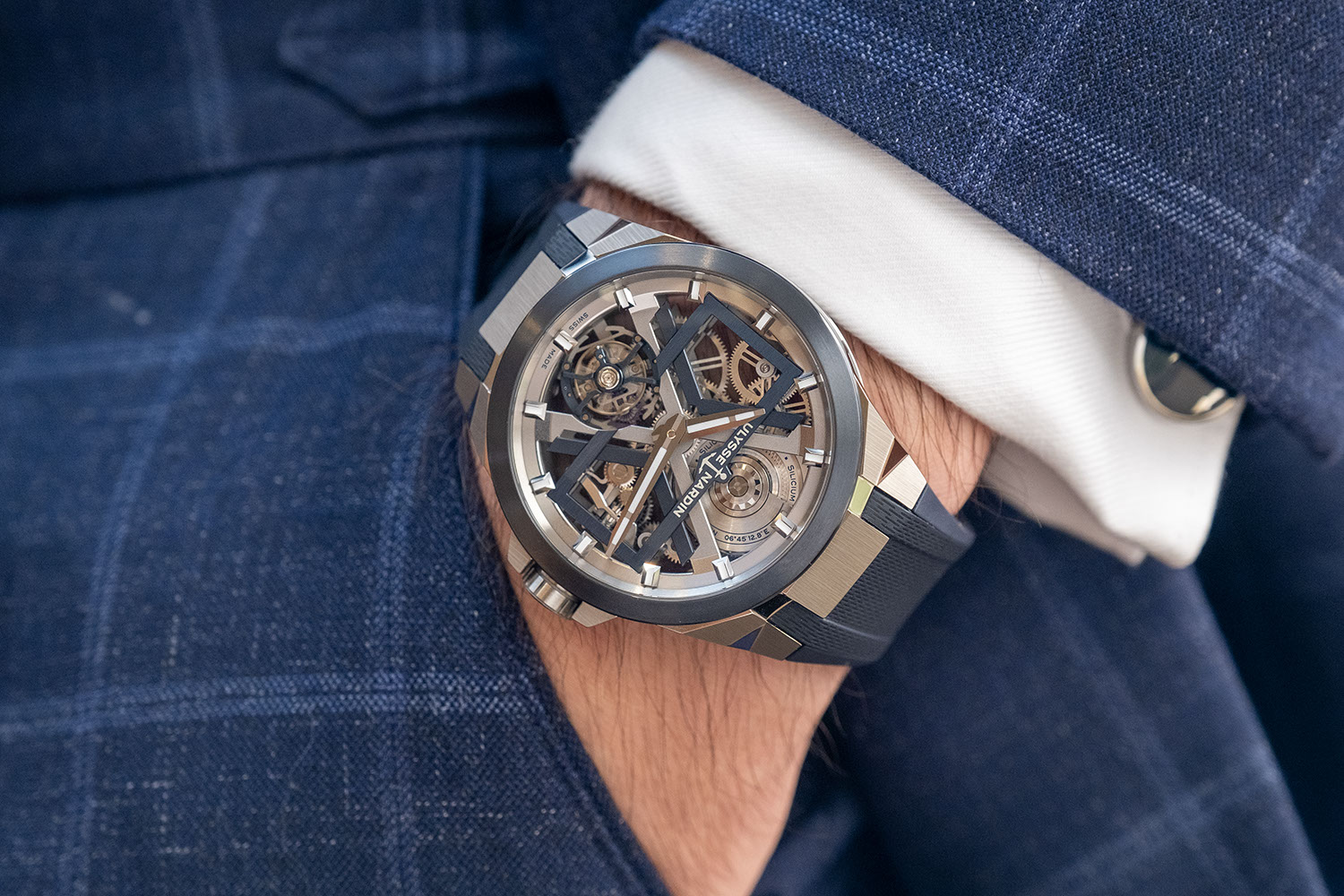 On the wrist, the Ulysse Nardin Blue Blast (ref. T-1723-400/03) on a structured rubber strap (©Revolution)