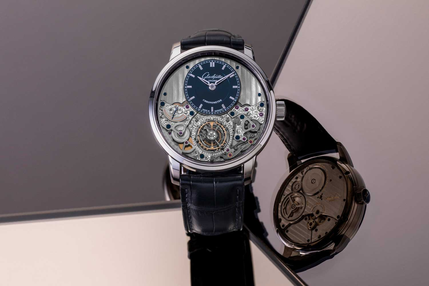 Effortlessly crossing borders and time zones, the easy to read Senator Cosmopolite is ready to travel the world. (©Revolution)