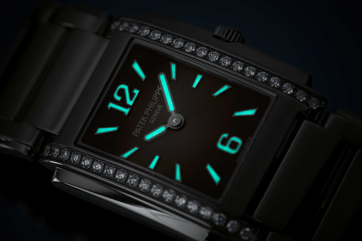 Lume in the dark on the Patek Philippe Twenty~4 reference4910/1200A-010 with gray sunburst dial