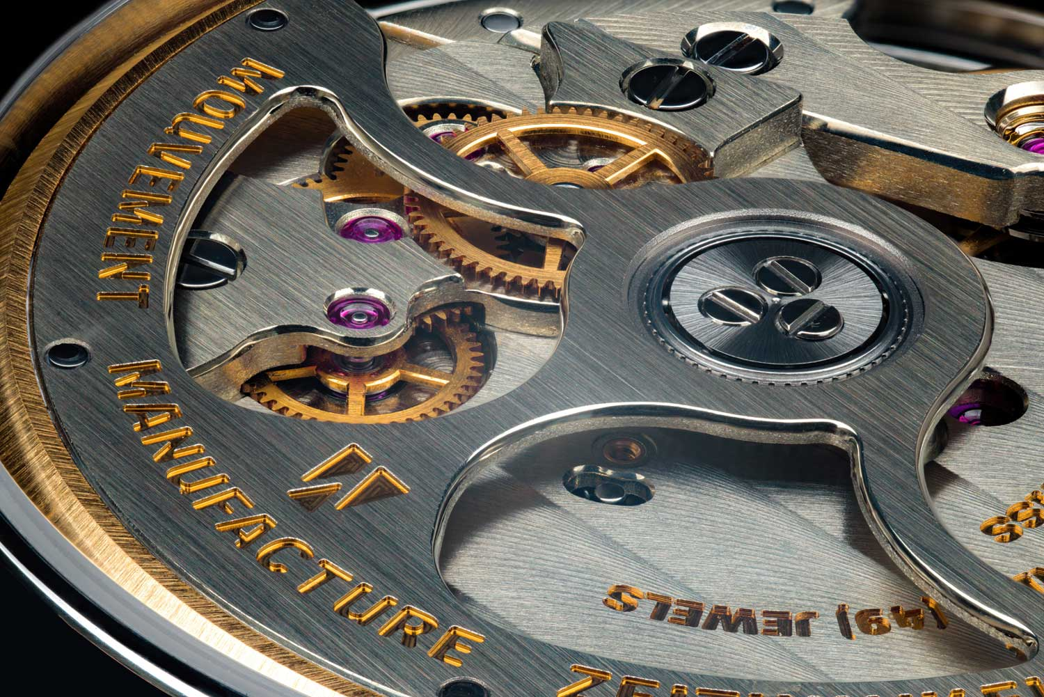 A closer look at the decorated rotor of the Zeitwinkel's 273° Saphir Fumé (Photo by @schwarz_makromedia)