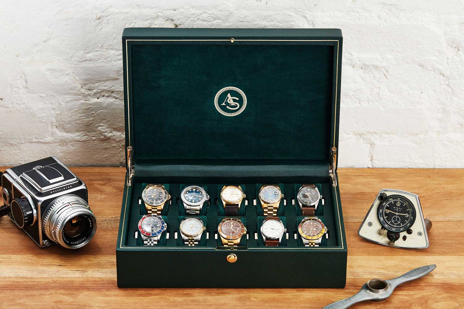 Vintage Collection, a 10-piece watch storage box and a watch strap valet tray, finished in vibrant green with gold trim made in collaboration with Analog/Shift