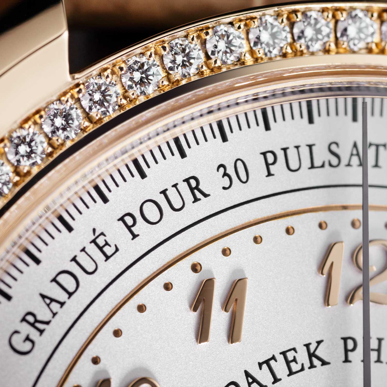 The bezel of the Ref. 7150-250R-001 is adorned with 72 diamonds