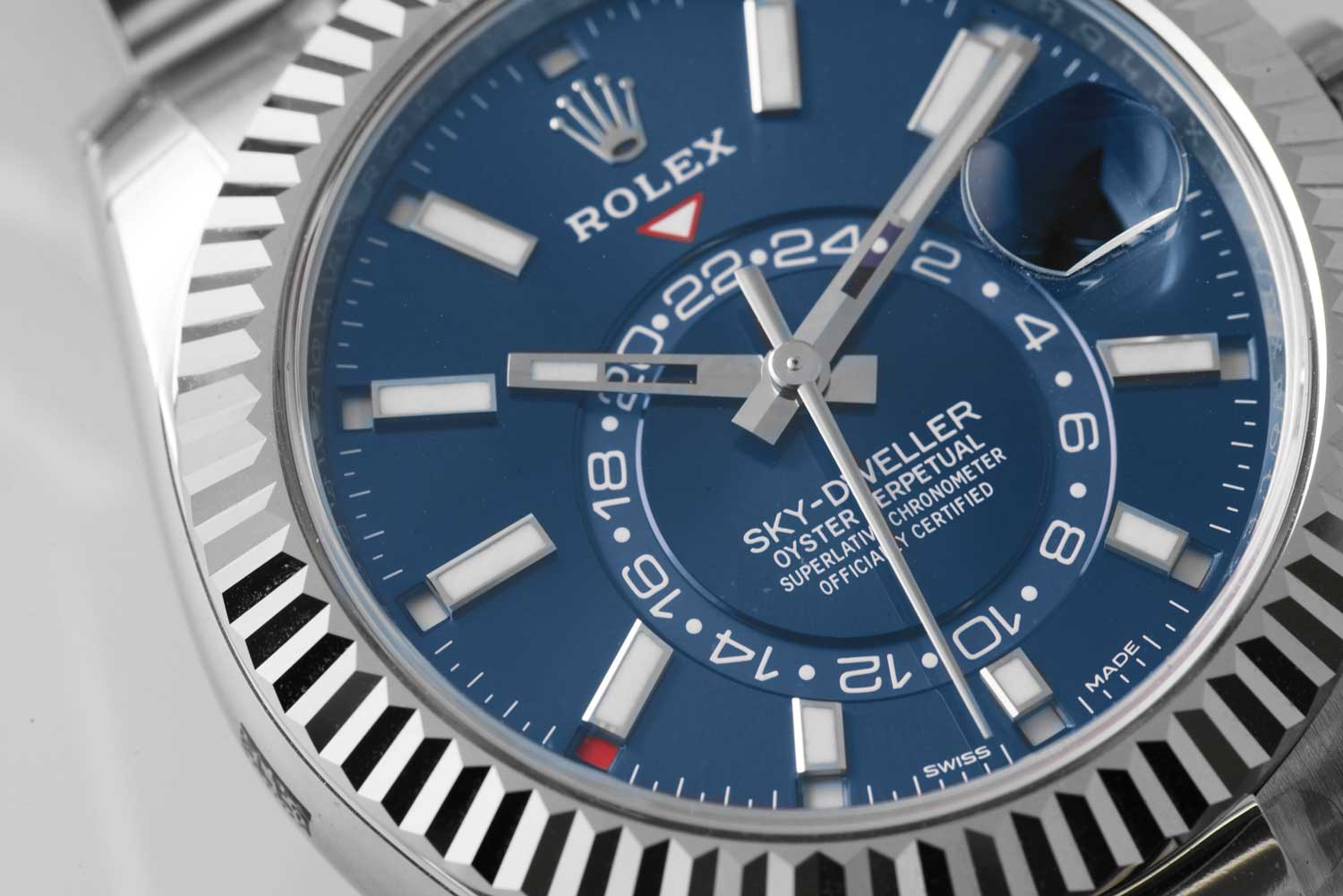 Oyster Perpetual Sky-Dweller (Reference 326934) in White Rolesor with a bright blue dial and an Oyster bracelet (©Revolution)