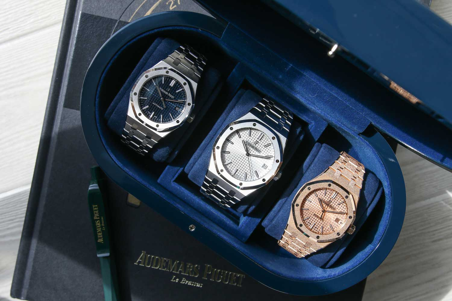 Size comparison between the ref. 15450ST (37mm,left), ref. 15500ST (41mm,middle), and ref. 15454OR (37mm,right) (©Revolution)