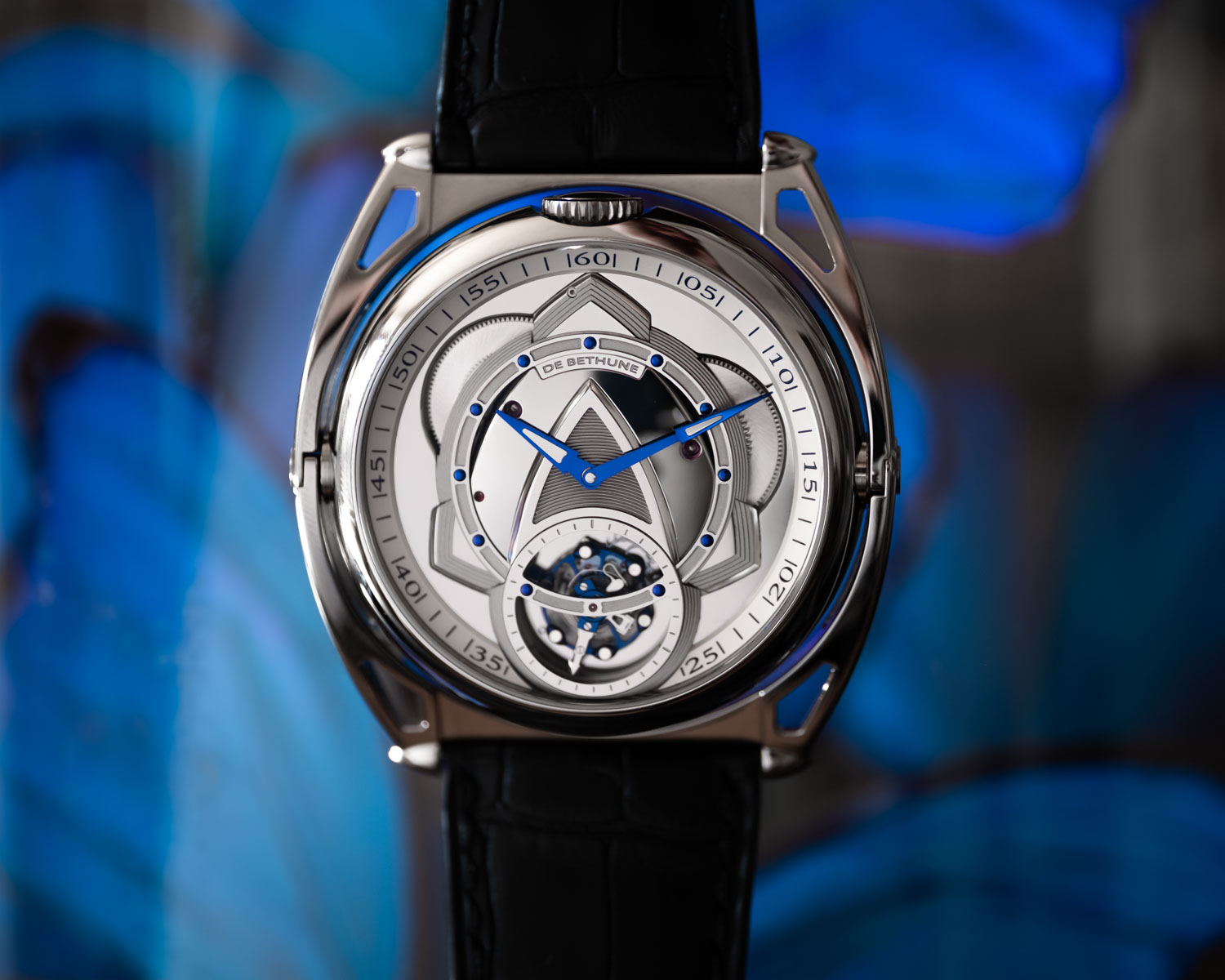 The first side of the De Bethune DB Kind of Two Tourbillon features a DB28 Tourbillon type of a face featuring Denis Flageollet's patented tourbillon, which beats at 36,000 vibrations per hour