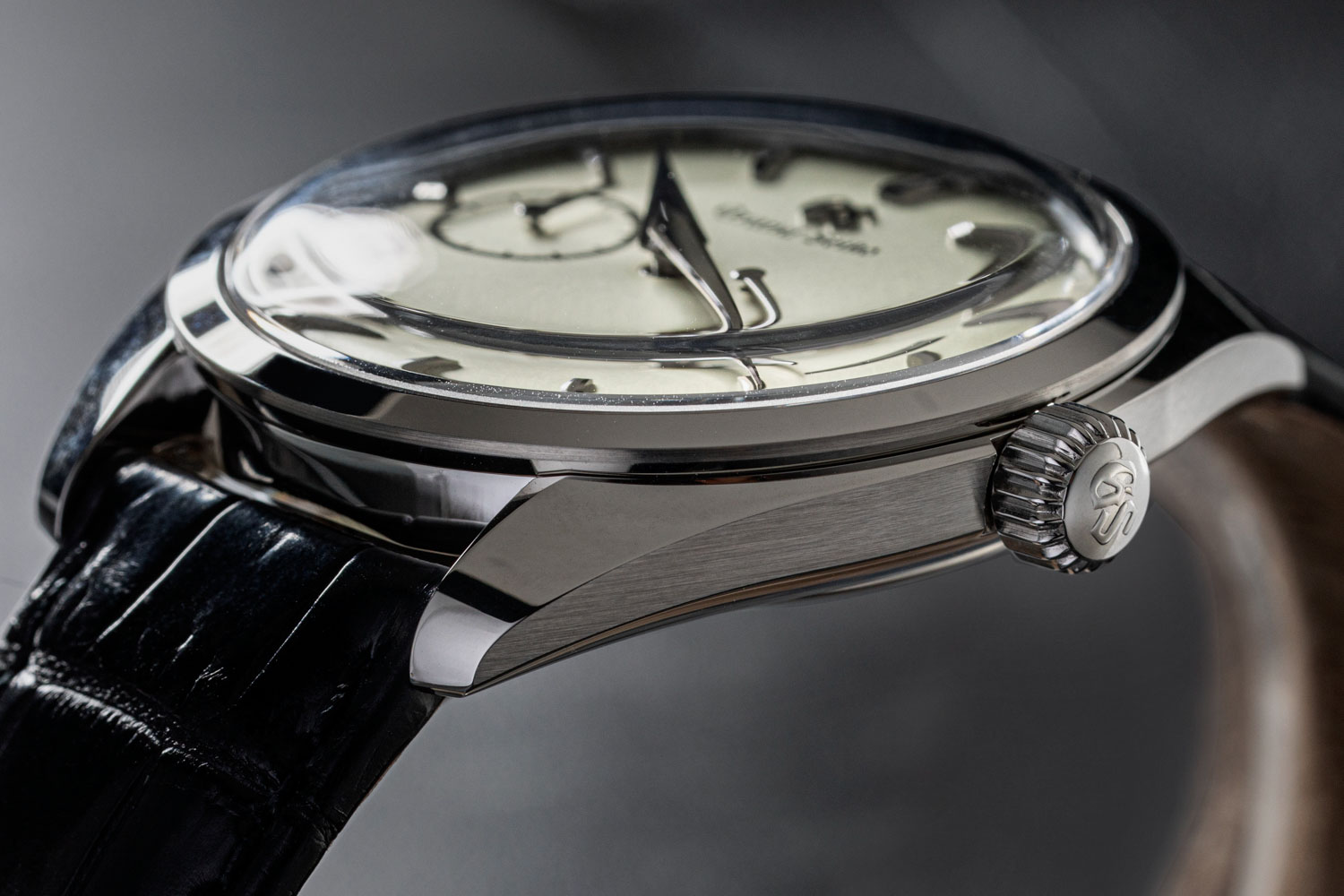 The Grand Seiko SBGK007G has a mirror polished case and bezel, contrasted by an incredible sharp intersection of finish with the brushed surface on the case band (©Revolution)