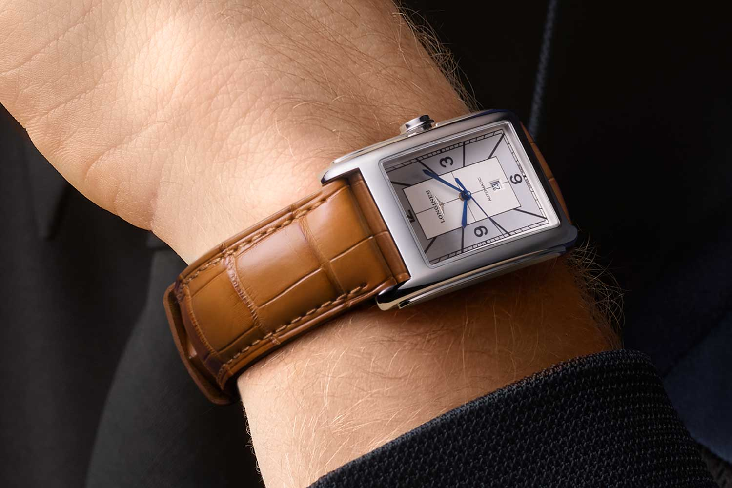 The reference L5.767 is equipped with Calibre L592 that promises a 45-hour power reserve