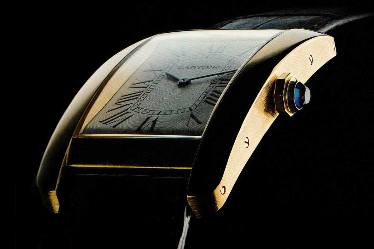 The side profile looks quite different, as the Américaine actually had an almost flat case back and a curved front side.(Photo: Cartier The Tank Watch by Franco Cologni)