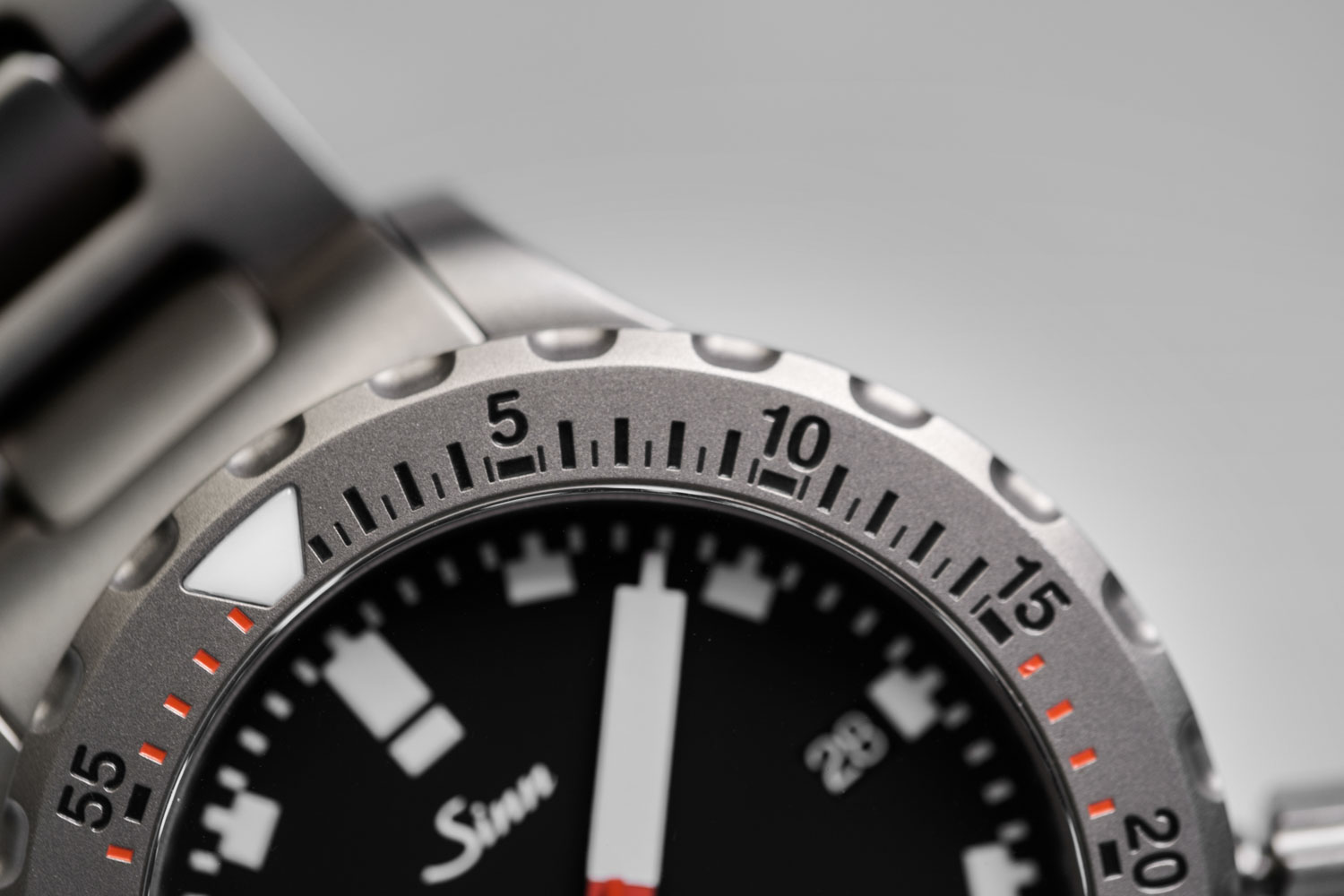 The TEGIMENT treated bezel of the SINN U50 features deep engravings for large legible markings on the dive scale of the watch (©Revolution)