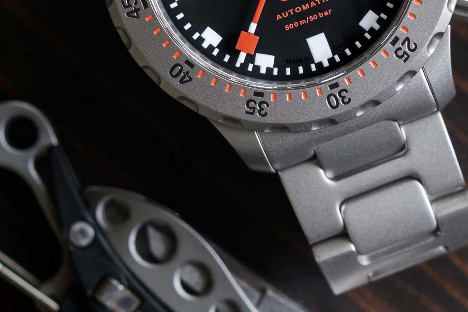 A closer look at the shorter lugs of the SINN U50 (©Revolution)