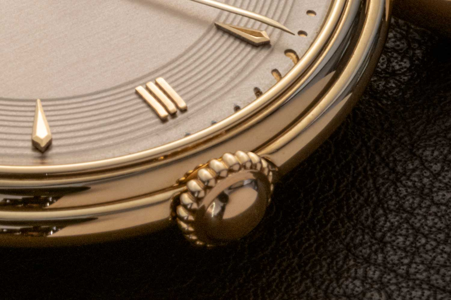 Stunning oversized crown with large oval shaped bead on the Reference 4261 Minute Repeater (©Revolution)