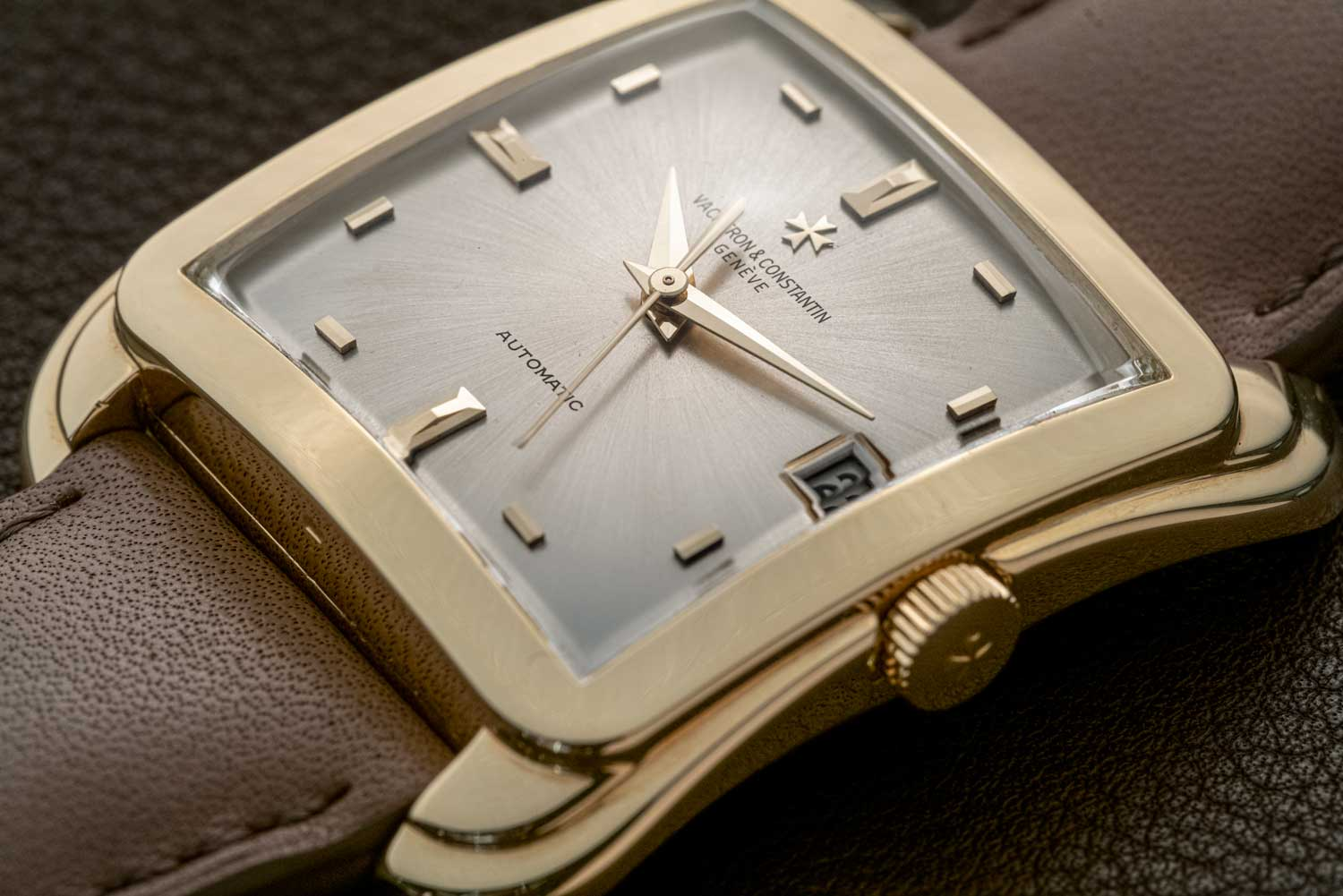 The Cioccolatone Reference 6440Q here has a highly appealing dial that consists of rectangular markers that are placed horizontally at 5 and 7, 11 and 1 and vertically at 2,4,8 and 10 creating a charming sense of juxtaposition (©Revolution)