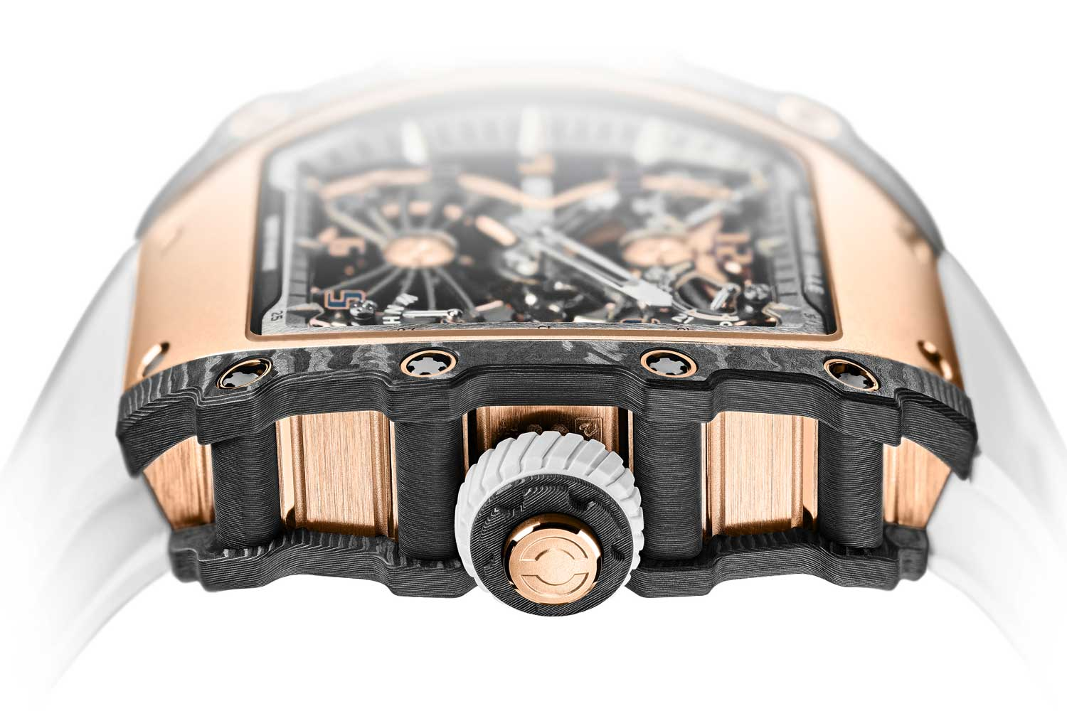 A push-button located at the centre of the crown makes it possible to select the winding, neutral and hand-setting functions with a simple push.