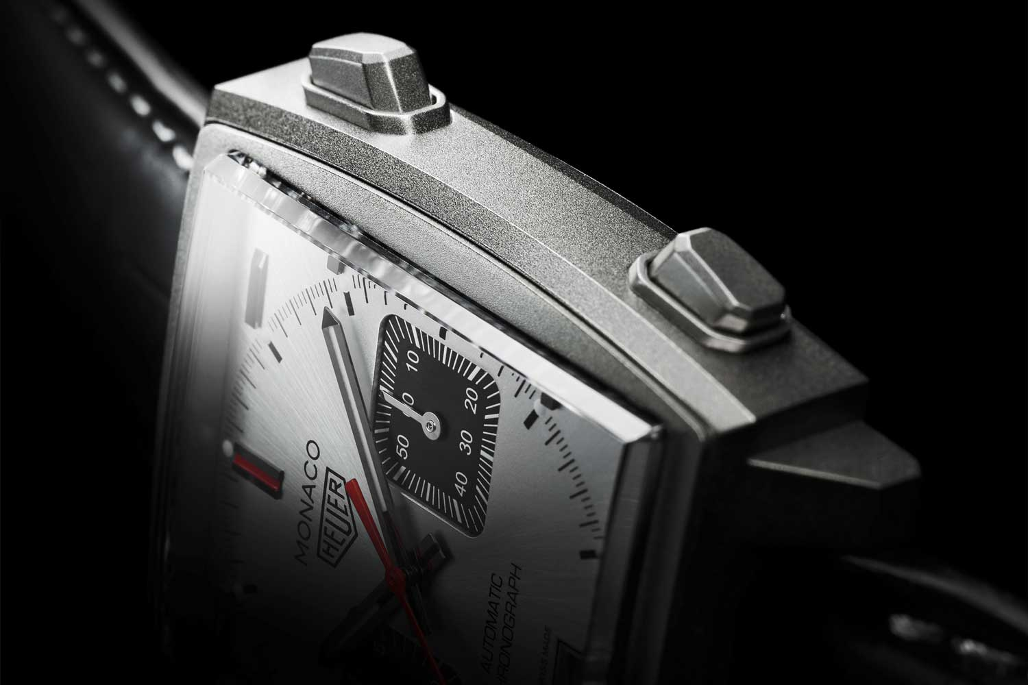 Just like the original model, the Monaco Titan Special Edition has its push buttons placed on the right and the crown on the left-hand side of the case