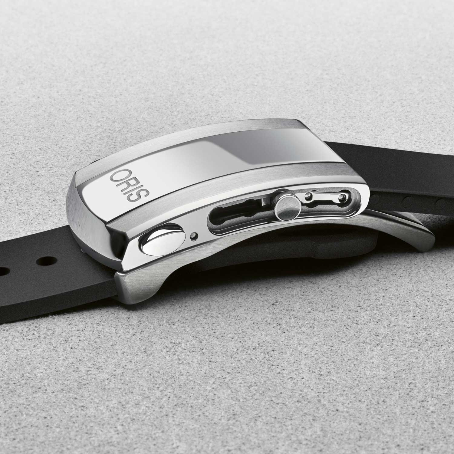 Thanks to Oris' new patented Quick Strap Change system, the wearer can now switch the stainless steel metal bracelet and rubber strap without using any tools.