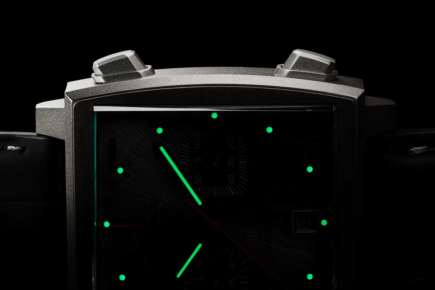 The indexes and sub-dials are coated with Super-LumiNova® to ensure optimum visibility in any condition