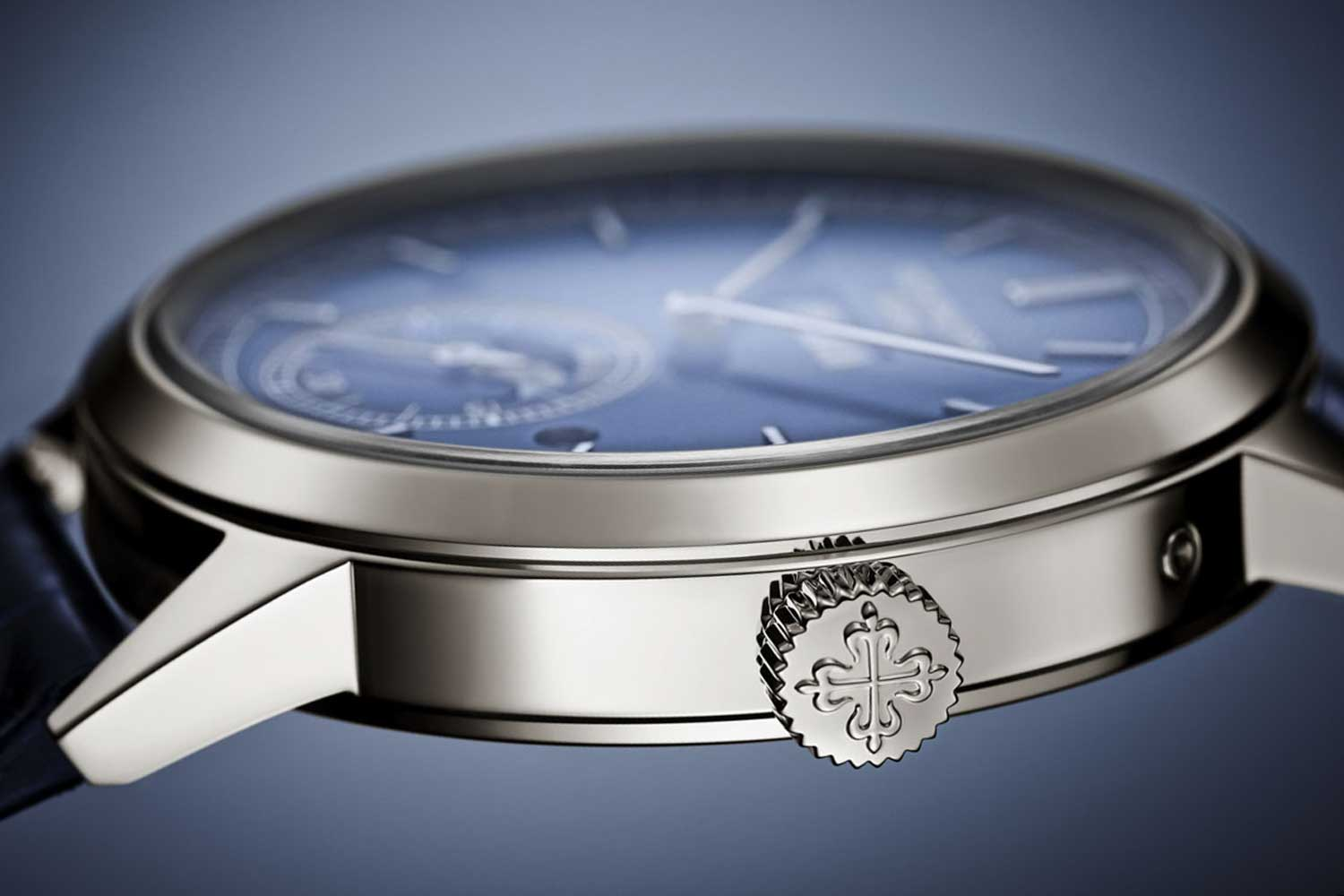 The shape of the case in reference 5236 is round and UFO-like, and it even features the same style of bezel, as well as the unmistakable short angular lugs of the reference 3448.
