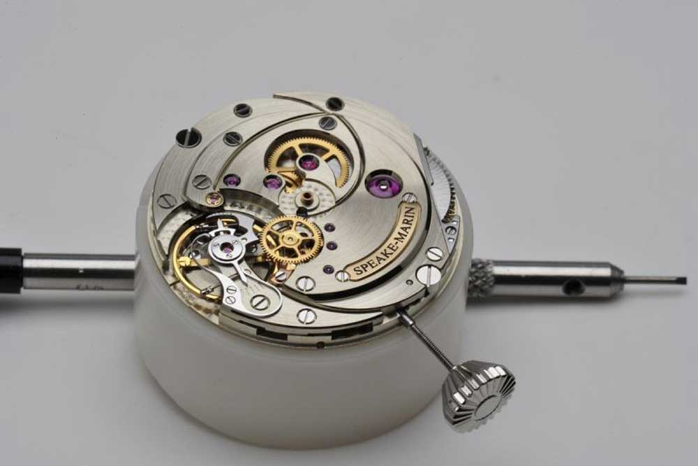 The aesthetically constructed yet classically solid SM2m movement with an 80-hour power reserve