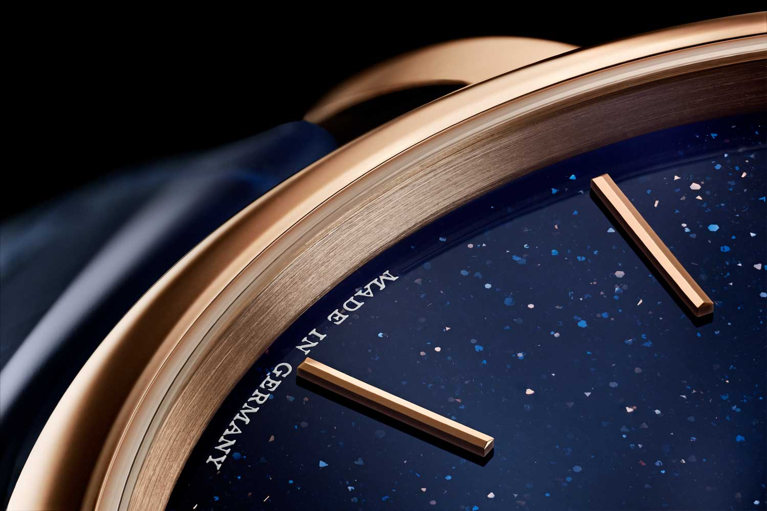 The dial of the 2021 A. Lange & Söhne Saxonia Thin, ref. 211.088 is achieved by infusing molten glass with minuscule copper particles over a flame, where its intensity is gradually decreased so what you end up with is a clear substance bespeckled with the flakes of copper that play in the light to give this starry night impression