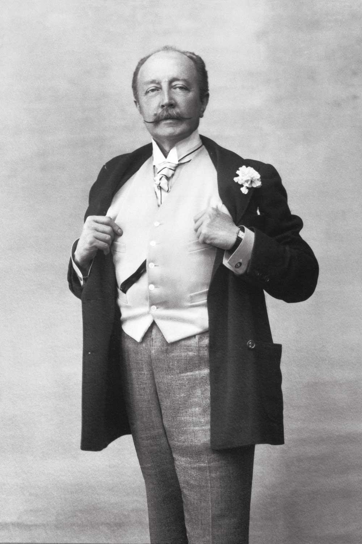 Boni de Castellane, a dandy Belle Époque art dealer wearing the Tank given to him by his friend, Louis Cartier in 1918