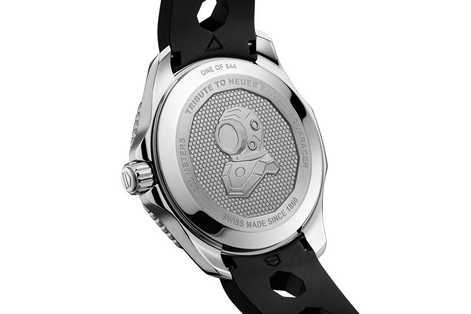 The caseback has an engraving of a scaphander diving helmet with a 12-sided faceplate that sits on a decoration of hexagons.
