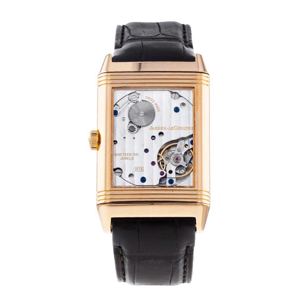 Reverso Classique tại cửa hàng của chúng tôi là một chiếc đồng hồ lên dây cót bằng tay có vỏ bằng vàng hồng 18k 48,5mm x 30mm bao quanh mặt số màu bạc.