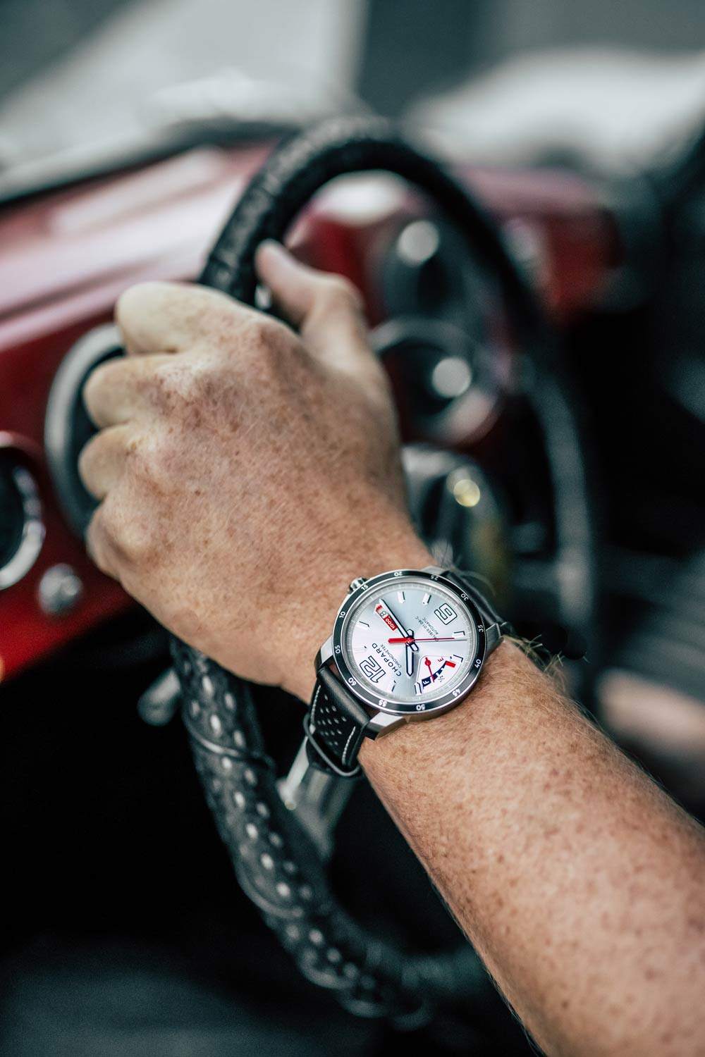 The power-reserve indicator at 9 o'clock evokes petrol gauges of the 1950s and its red white accents, the aesthetics of old dashboards.