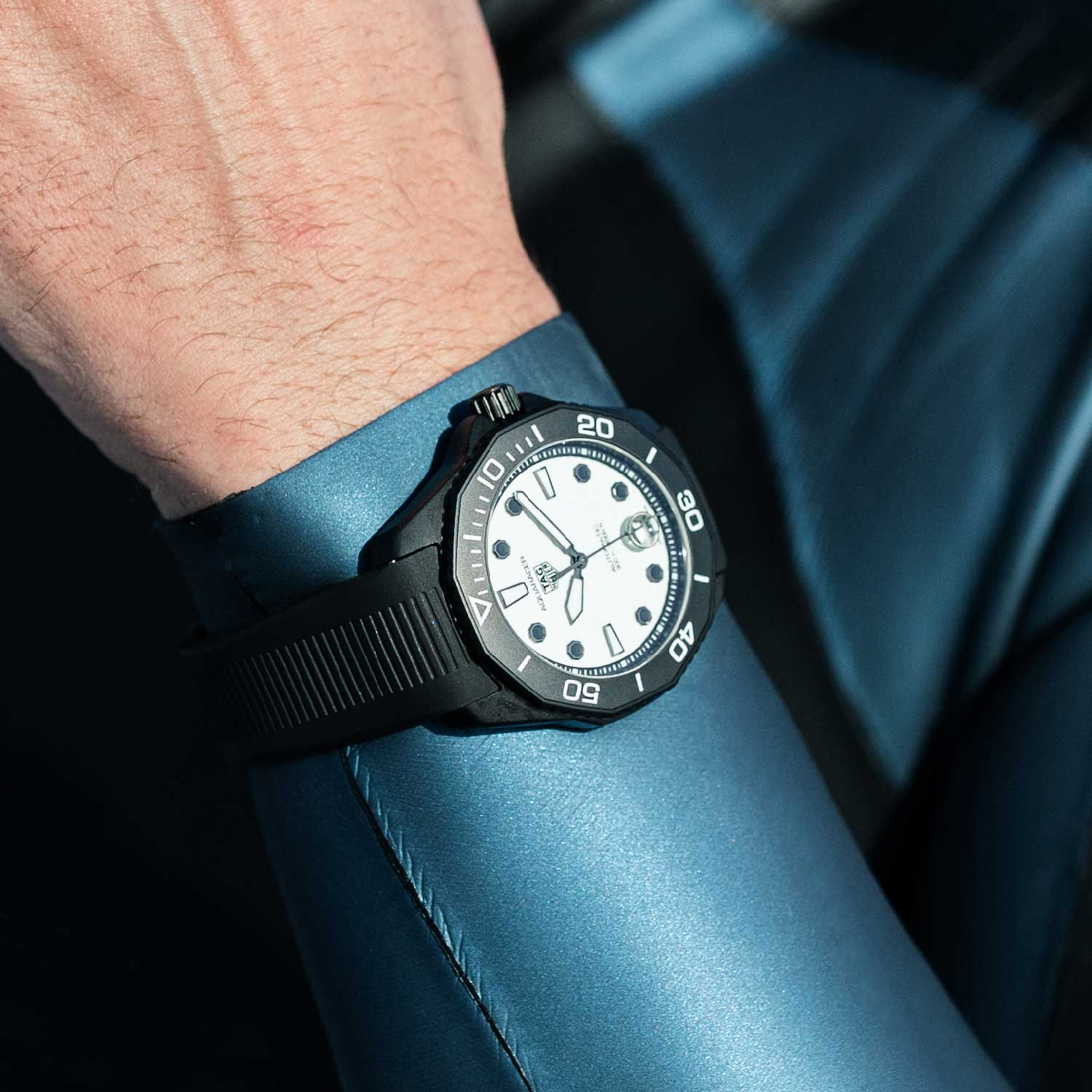 The stainless-steel case, bezel, crown, caseback and clasp are all coated in matt black DLC.