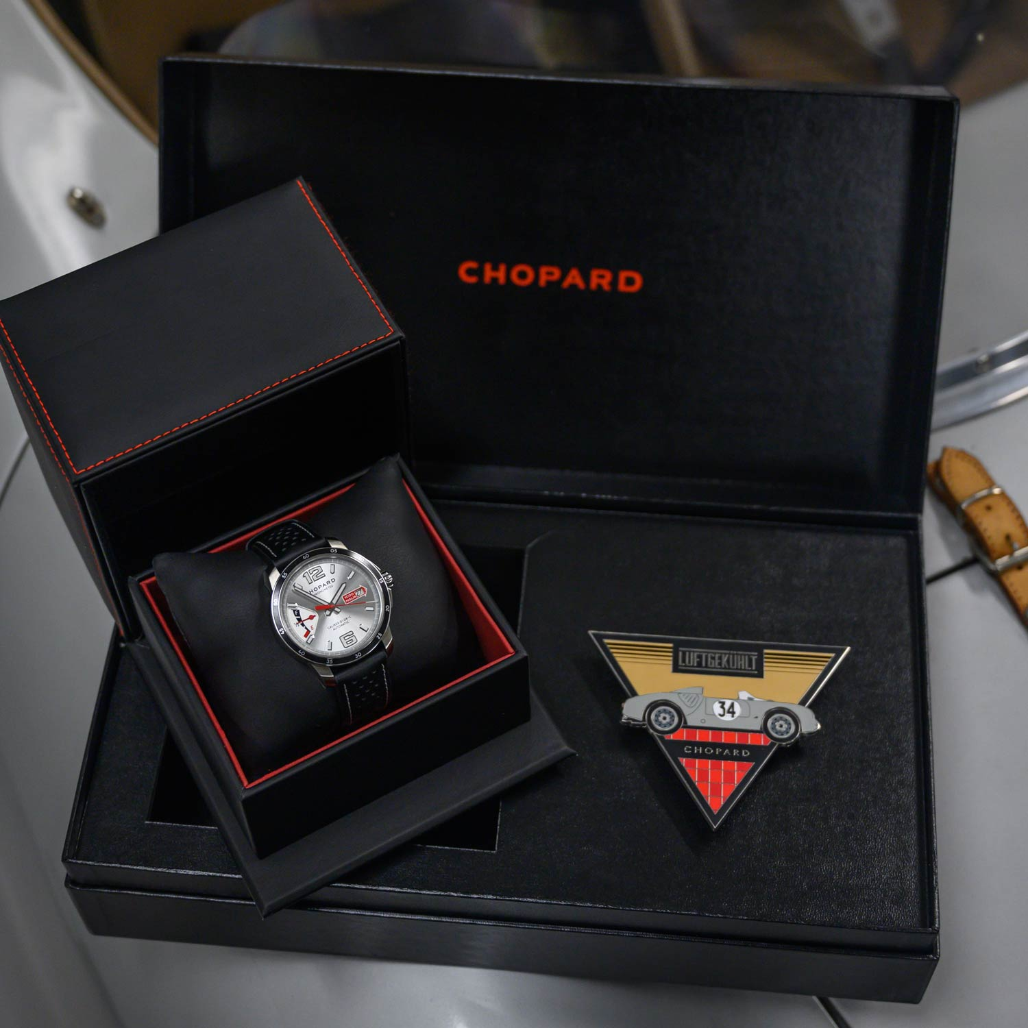 The timepiece comes in a special box featuring a grill badge designed by the Luftgekühlt team and their artists.