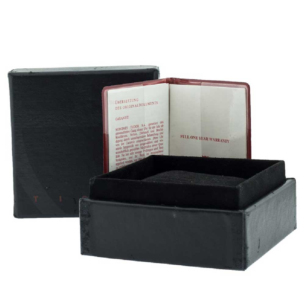 This particular model from 1998 is also offered with its original set of box and papers.