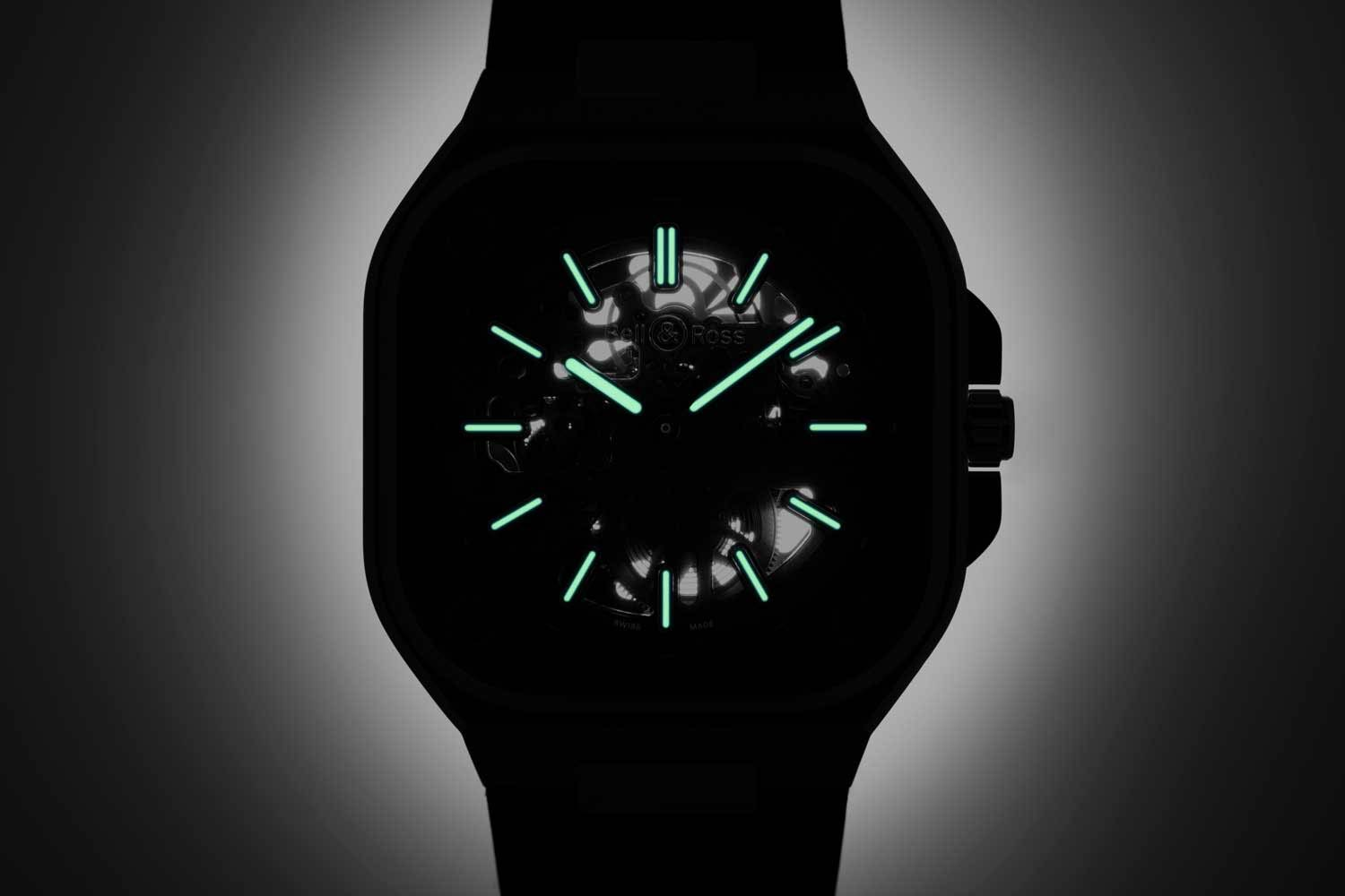 The metallic indexes, hour and minute hands in the NIGHTLUM are filled with strong green C5 SuperLuminova.